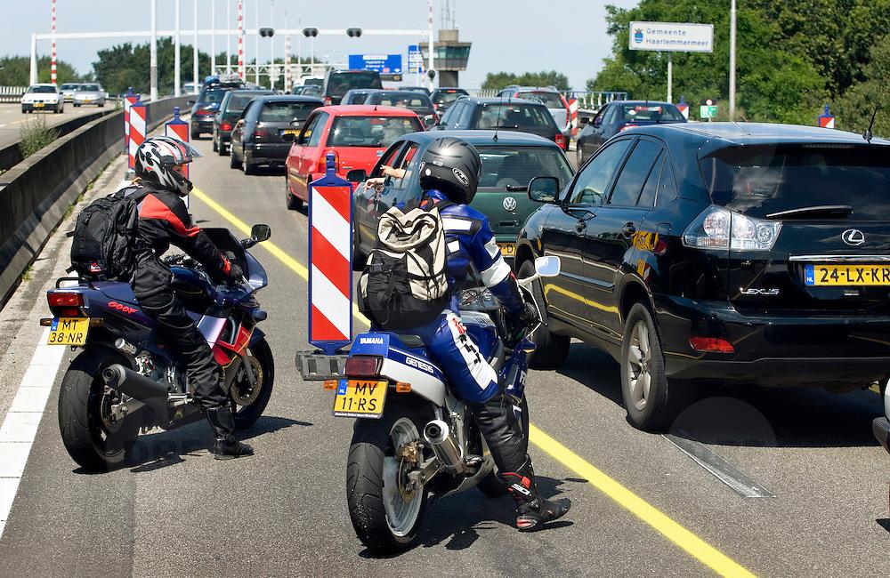 Nederland Amstelveen 8 juli 2007 Foto: David Rozing .File op de A9 ter hoogte van Amstelveen / Ouder Amstel, motor rijders gebruiken vluchtstrook om even te overleggen / verkeerd gebruik vluchtstrook..Foto David Rozing