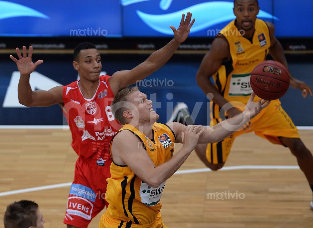 Basketball 1. Bundesliga 2013/2014  27.09.2013 Testspiel Walter Tigers Tuebingen - Antwerpen Giants Johannes Lischka (vorn, Tigers) gegen  Dennis Donkor (Antwerpen)