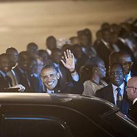 26/06/2013.  Dakar. Senegal. Le pr&eacute;sident des Etats unis Barack Obama, sa femme et ses deux filles lors de leur arriv&eacute;e &agrave; bord de l'Air Force One &agrave; l'a&eacute;roport Leopold Senghor. <br /> Il furent accueilli par le pr&eacute;sident du Senegal Macky Sall et son gouvernement. &copy;Sylvain Cherkaoui/Cosmos