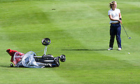DEN DOLDER - Karlijn Zaanen zet haar golfcar weer overeind nadat deze is omgewaaid tijdens het NK Strokeplay golf op Golfsocieteit  De Lage Vuursche. COPYRIGHT KOEN SUYK
