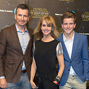 NLD/Amsterdam/20151215 - première van STAR WARS: The Force Awakens!, Daphne Deckers met partner Richard en zoon Alec