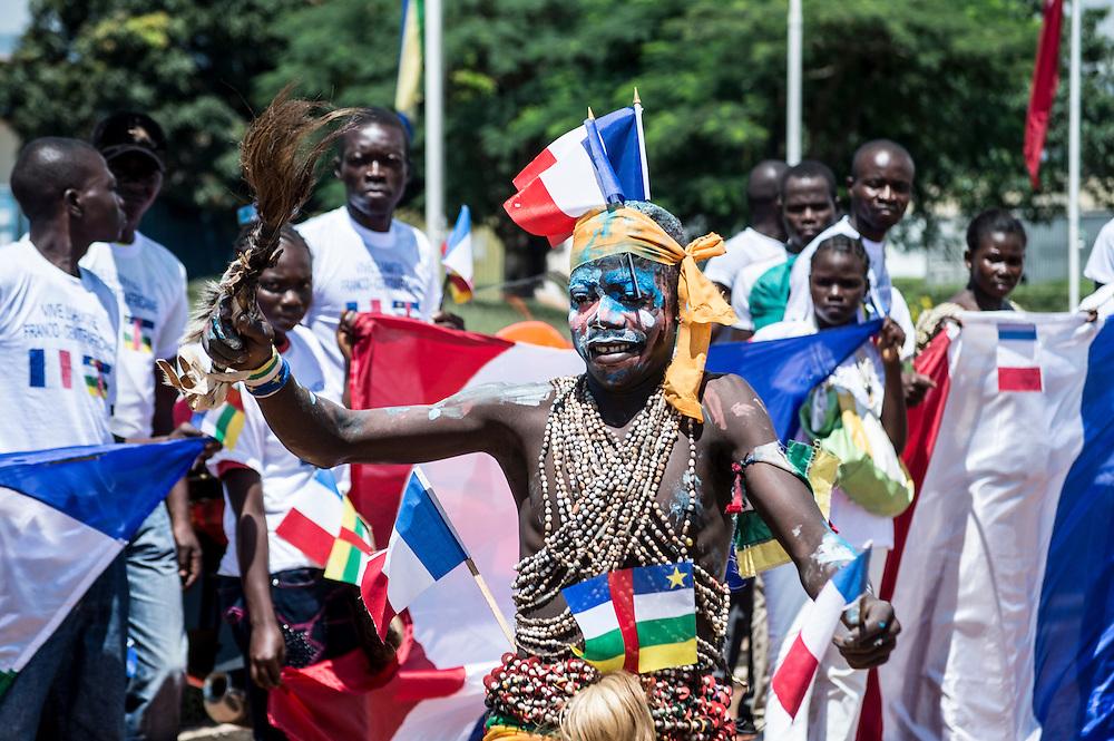 13/10/2013. Bangui. Republique Centrafricaine. Visite du ministre français des affaires étrangères de Laurent Fabius à Bangui. Des danseurs et danseuses traditionnels étaient à l'aéroport pour l'accueillir. ©Sylvain Cherkaoui pour Jeune Afrique