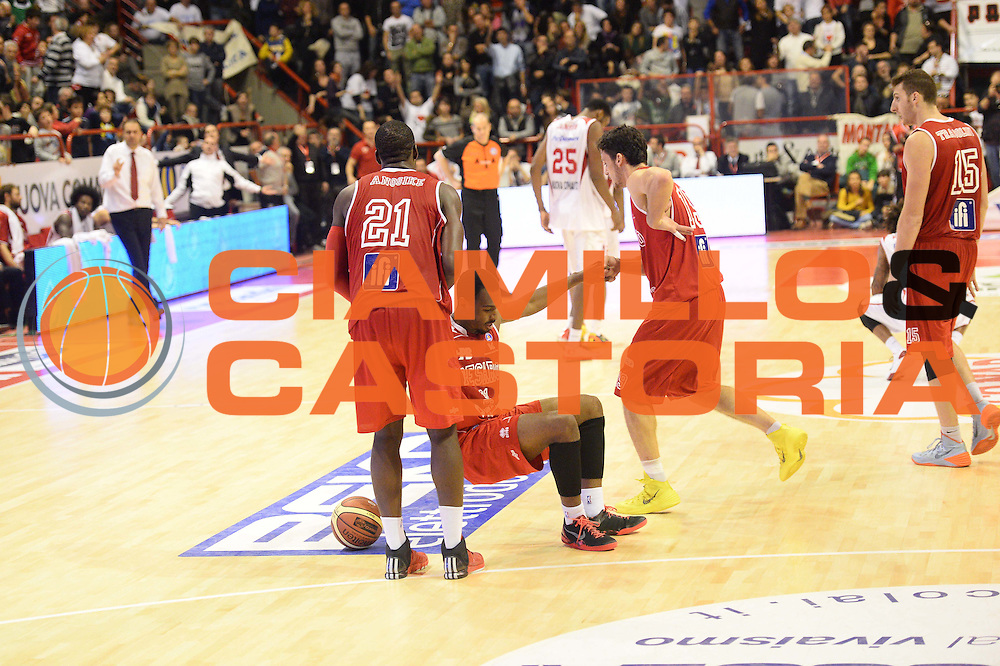 DESCRIZIONE : Pistoia Lega serie A 2013/14  Giorgio Tesi Group Pistoia Pesaro<br /> GIOCATORE : Anosike Oderah<br /> CATEGORIA : fair play<br /> SQUADRA : Pesaro Basket<br /> EVENTO : Campionato Lega Serie A 2013-2014<br /> GARA : Giorgio Tesi Group Pistoia Pesaro Basket<br /> DATA : 24/11/2013<br /> SPORT : Pallacanestro<br /> AUTORE : Agenzia Ciamillo-Castoria/M.Greco<br /> Galleria : Lega Seria A 2013-2014<br /> Fotonotizia : Pistoia  Lega serie A 2013/14 Giorgio  Tesi Group Pistoia Pesaro Basket<br /> Predefinita :