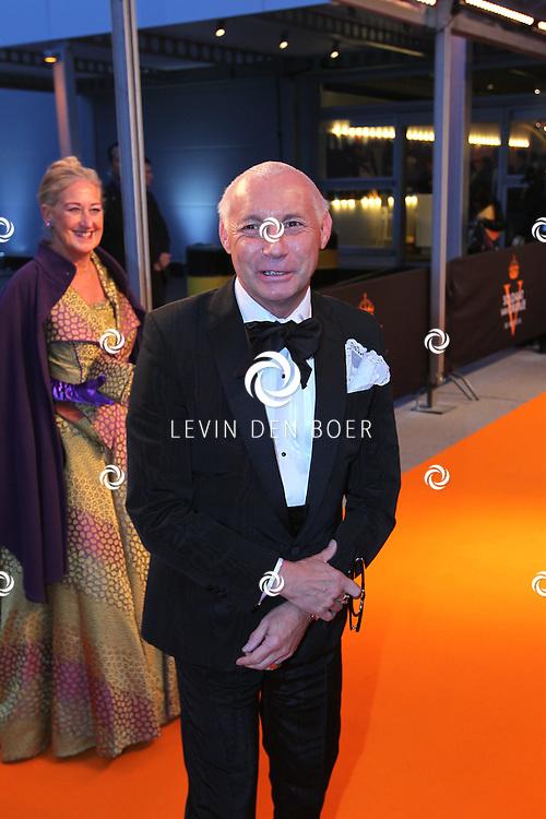 KATWIJK - Ronald Kolck zaterdag op de oranje loper van de galapremiere van Soldaat van Oranje - de Musical in de Theater Hangaar op de oude vliegbasis Valkenburg bij Katwijk. FOTO LEVIN DEN BOER - PERSFOTO.NU