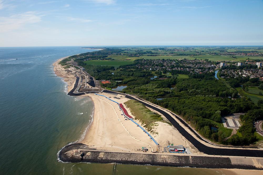 Nederland, Zeeland, Walcheren, 12-06-2009; Vlissingen, de waterkering Nolle-Westduin, een van de 'Zwakke Schakels': duinen en dijk zijn onvoldoende bestand tegen een superstorm (eens per 4000 jaar). De zeedijk (Nolledijk) wordt versterkt en met name binnendijks verstevigd om overslagbestendig te worden. Ook aan de boulevard wordt gewerkt, dijkversterking door nieuwe steenbekleding. Rechts en aan de horizon de Westerschelde.Swart collectie, luchtfoto (25 procent toeslag); Swart Collection, aerial photo (additional fee required).foto Siebe Swart / photo Siebe Swart