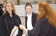 Annie Leibowitz and Joe Mckenna. Christian Dior couture show. Ecole Nationale Superiore des Beaux- Arts. Paris. 7 July 2001. © Copyright Photograph by Dafydd Jones 66 Stockwell Park Rd. London SW9 0DA Tel 020 7733 0108 www.dafjones.com