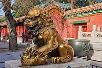 Chine, Pékin (Beijing), Cité Interdite, classée Patrimoine Mondial de l'UNESCO, Lion de bronze // China, Beijing, Forbidden City, statue of Lion