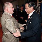 Nieuwjaarsreceptie 1998 gemeente Huizen, Dhr. Rebel schud de hand van burgemeester Verdier