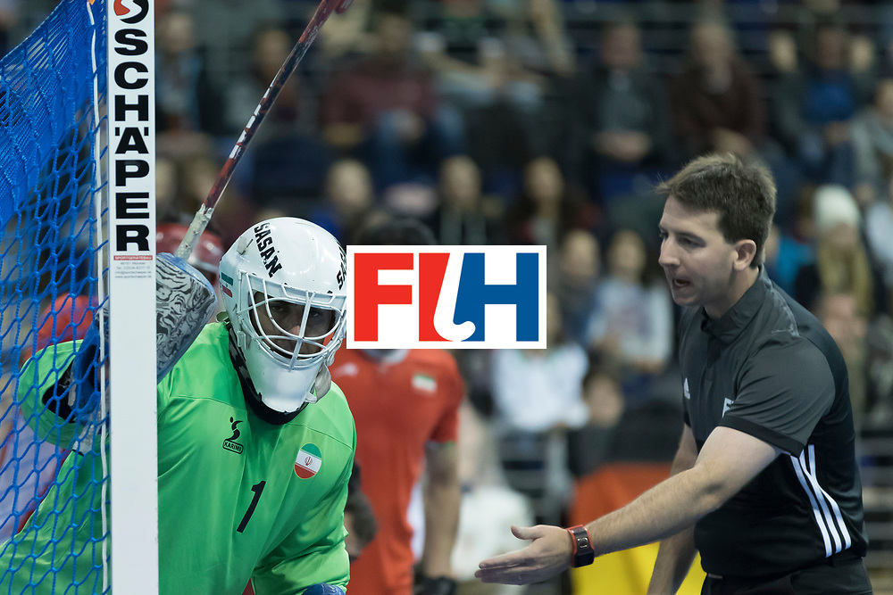 Hockey, Seizoen 2017-2018, 09-02-2018, Berlijn,  Max-Schmelling Halle, WK Zaalhockey 2018 MEN, Iran - Czech Republic 2-2 Iran Wins after shoutouts, Sasan Hataminejad (GK)  and the referee.