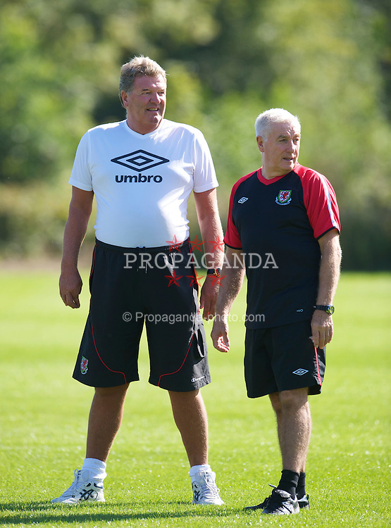CARDIFF, WALES - Tuesday, August 31, 2010: Wales' manager John Toshack MBE and assistant coach Roy Evans during training at the Vale of Glamorgan ahead of the UEFA Euro 2012 Qualifying Group 4 match against Montenegro. (Pic by David Rawcliffe/Propaganda)