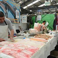Toluca, México.- En los principales mercados de la ciudad ya se encuentra a la venta algunos alimentos para preparar la cena de año nuevo, donde las prinicpales recetas son lomo, mariscada, pavo, bacalao, entre otras opciones ajustadas para cualquier presupuesto familiar. Agencia MVT / Arturo Hernández.