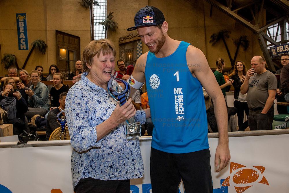 08-01-2017 NED: NK Beachvolleybal Indoor, Aalsmeer<br /> Ingrid Visser Awards uitgereikt door Patsy Visser aan Beste Volleyballer Alexander Brouwer