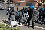 Roma 16 Aprile 2014<br /> Sgomberato palazzo in  via Baldassarre Castiglione alla Montagnola occupato nei giorni scorsi  dai movimenti per il diritto all'abitare da circa  200 persone, la polizia a caricato i manifestanti che protestano per lo sgombero, otto persone sono state ferite. Una manifestante ferita durante le cariche della polizia<br /> Rome April 16, 2014 <br /> Vacated the building in Via Baldassarre Castiglione,Montagnola district, busy in recent days by the movements for housing rights, by about 200 people, the police charged the demonstrators protesting the eviction, eight people were injured. A protester injured during  police charges