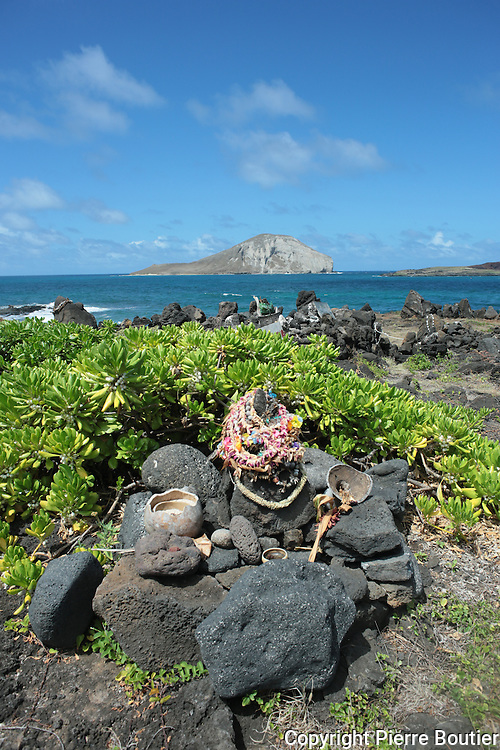 Honolulu; Waikiki,le pouvoir des pierres des croyances ancestrales abandonnées ;une usine d ananas reconvertie en savonnerie;la patrie des surfeurs;des Dolmens érigés par des pêcheurs hawaiiens ; anciennement  appelés les  iles sandwichs; territoire indépendant sous tutelle américaine  d où est natif l actuel président Obama