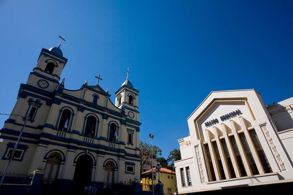 Nova Lima_MG, Brasil...Igreja catolica e Teatro Municipal em Nova Lima...Catolic church and Municipal Theatre in Nova Lima...Foto: LEO DRUMOND /  NITRO