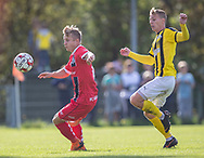 Jeppe Kjær (FC Helsingør) følges af Nicolai Clausen (Brønshøj) under kampen i 2. Division mellem Brønshøj Boldklub og FC Helsingør den 14. september 2019 i Tingbjerg Idrætspark (Foto: Claus Birch)