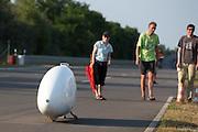 Na veel pogingen gaat Jan van Steeg opnieuw van start voor een record. Even later valt hij opnieuw in de Cygnus en zal kijken of hij nog een nieuwe poging kan doen. In Schipkau worden recordpogingen gedaan met ligfietsen. Er wordt zowel een poging gedaan het uurrecord te breken als het 6-uur2, 12-uurs en 24 uurrecord.<br /> <br /> Jan van Steeg starts again for a record attempt. Unfortunally he falls again with his Cygnus. In Schipkau records attempt cycling are taking place. The riders will try to set a new hour, 6-hours, 12-hours and 24-hours record.