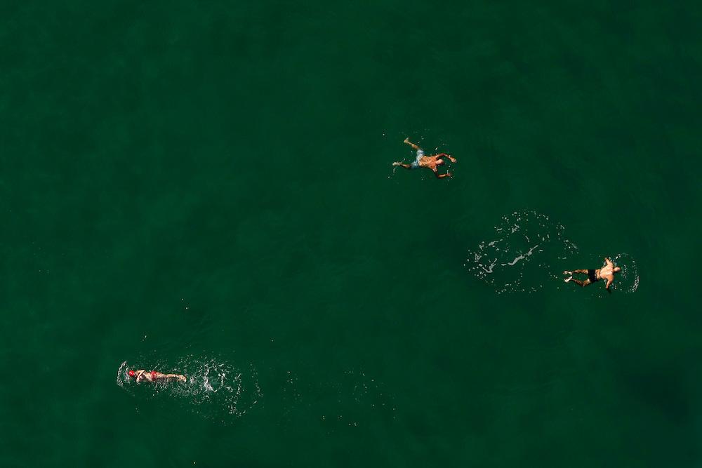 ספורטאים רצים ב תחרות ריצת  חצי מרתון תל אביב יפו<br /> <br /> ריצה ספורט רץ<br /> <br /> חוף ים<br /> <br /> שחייה<br /> <br /> שחיין