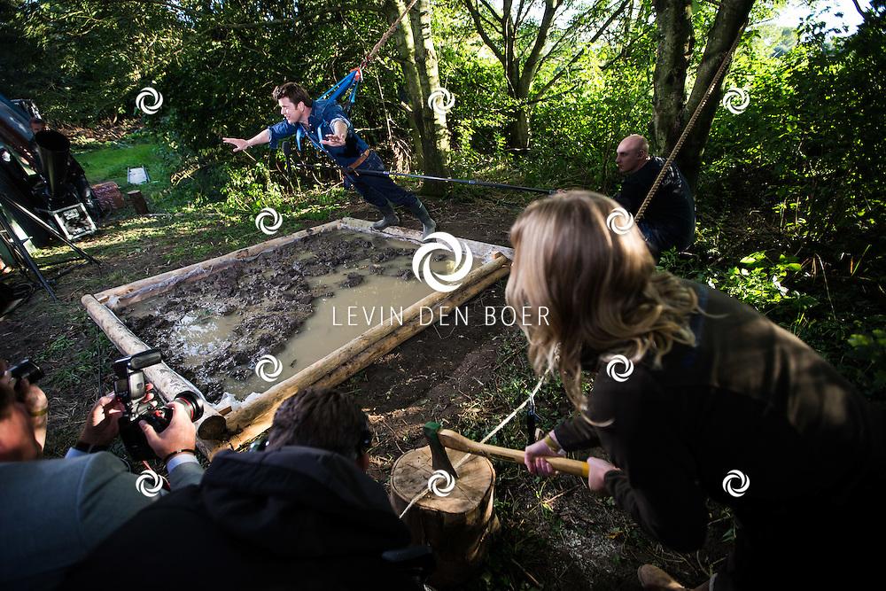 HAARZUILEN - Angela Groothuizen en Beau van Erven Dorens presenteren live vanuit de natuur de nationale tv-actie 'Open het Bos'. Samen met bekende artiesten zetten zij zich in om een zo groot mogelijk nieuw bos te planten. Met hier op de foto Beau van Erven Dorens die een duik in de modder neemt.  FOTO LEVIN DEN BOER - PERSFOTO.NU