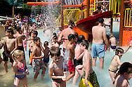 19-7-2016 Heemstede - bezoekers zoeken verkoeling in het waterparadijs van de Linnaeushof mag zich met recht Europa's grootste speeltuin noemen .  Het Nationaal Hitteplan is vanaf dinsdag in werking voor de provincies Gelderland, Overijssel, Noord-Brabant en Limburg. Het Rijksinstituut voor Volksgezondheid en Milieu (RIVM) adviseert voldoende water te drinken, dunne kleding te dragen, lichamelijke inspanning 's middag te beperken en veel in de schaduw te blijven. copyright  robin utrecht