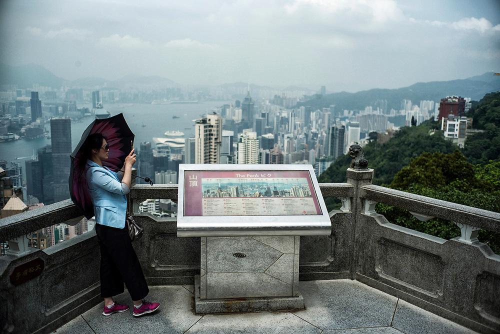 Hong Kong   05.05.2017: Hong Kong <br /> <br /> hier: Toruisten auf dem Peak, der h&ouml;chsten Erhebung auf Hong Kong Island<br />  <br /> Sascha Rheker<br /> 20170505<br /> <br /> [Inhaltsveraendernde Manipulation des Fotos nur nach ausdruecklicher Genehmigung des Fotografen. Vereinbarungen ueber Abtretung von Persoenlichkeitsrechten/Model Release der abgebildeten Person/Personen liegt/liegen nicht vor.]
