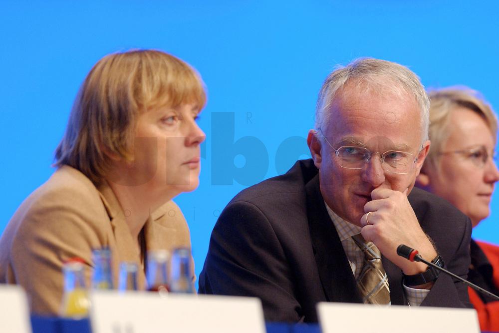 11 NOV 2002, HANNOVER/GERMANY:<br /> Angela Merkel (L), CDU Bundesvorsitzende, und Juergen Ruettgers (R), CDU Landesvors. NRW, CDU Bundesparteitag, Hannover Messe<br /> IMAGE: 20021111-01-099<br /> KEYWORDS: Parteitag, party congress, J&uuml;rgen R&uuml;ttgers
