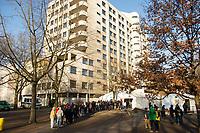 DEU, Deutschland, Germany, Berlin, 29.12.2015: Flüchtlinge warten auf dem Gelände des Landesamts für Gesundheit und Soziales (LaGeSo), hier befindet sich die Zentrale Aufnahmeeinrichtung des Landes Berlin für Asylbewerber.