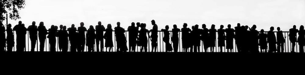 Roma  24 Luglio 2011.Silhouette di persone   che sono su Ponte Garibaldi