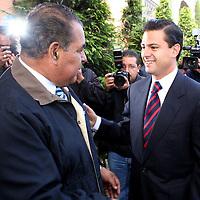 Metepec, Mex.- Humberto Benitez Treviño (izq), Secretario de Gobierno, saluda al gobernador Enrique Peña Nieto antes de de dar inicio a la Reunion con Dirigentes del Organizaciones Adherentes. Agencia MVT / Javier Rodriguez. (DIGITAL)<br /> <br /> <br /> <br /> <br /> <br /> <br /> <br /> NO ARCHIVAR - NO ARCHIVE