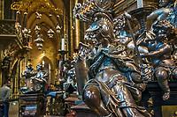 Prague, la ville aux mille tours et mille clochers, n&rsquo;a pas seulement inspire Andre Breton et les surrealistes. Chaque annee, la belle Tcheque seduit des millions d&rsquo;admirateurs du monde entier. Monuments, fa&ccedil;ades et statues racontent une histoire mouvementee ou planent les ombres du Golem, de Mucha ou de Kafka.<br /> Depuis 1992, le centre ville historique est inscrit sur la liste du patrimoine mondial par l'UNESCO<br /> Le chateau de Prague a ete fond&eacute; vers 880 par le Prince Borivoj de la Dynastie Premyslid. Selon le Guinness, il est le plus grand ch&acirc;teau du monde, avec une zone couvrant presque 70,000 m&sup2;.