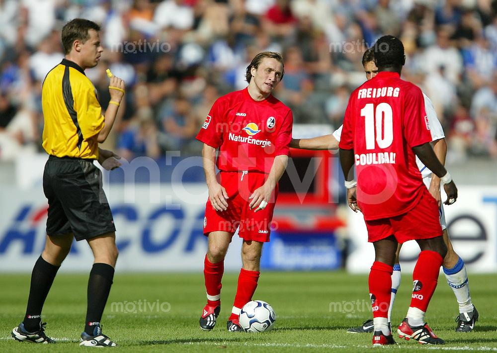 FUSSBALL  1. Bundesliga 2003/2004 3. Spieltag  Hertha BSC 0-0 SC Freiburg Schiedsrichter Markus Schmidt (li) mit Alexander Iashvili (mi,SC)