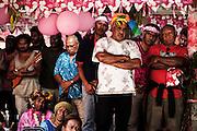 Une fois la parole prononcée, les hommes observent le départ de la mariée vers son nouveau clan.  - Mariage Kanak  - Tribu de Méhoué, Canala – Nouvelle Calédonie – Septembre 2013