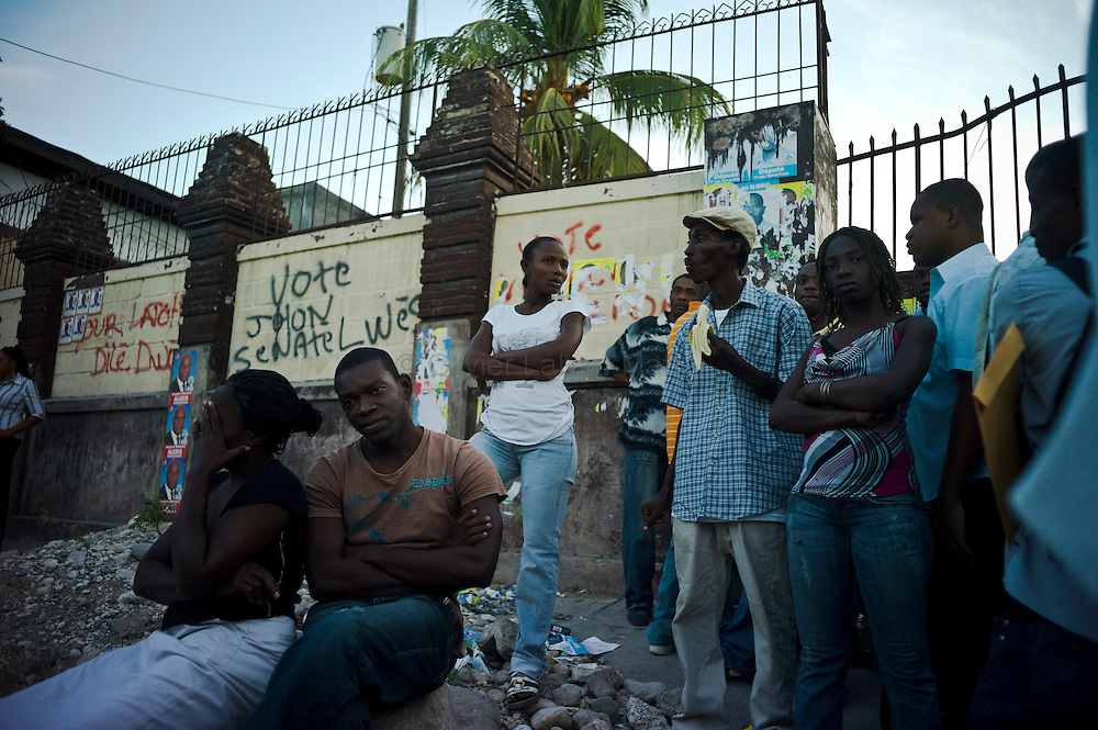 The presidential election in Haiti takes a bad way with fraud suspicions and troubles from some supporters in polling stations./// People wait to vote for the presidential election, 28 november 2010, in front of a polling station in Port-au-Prince.