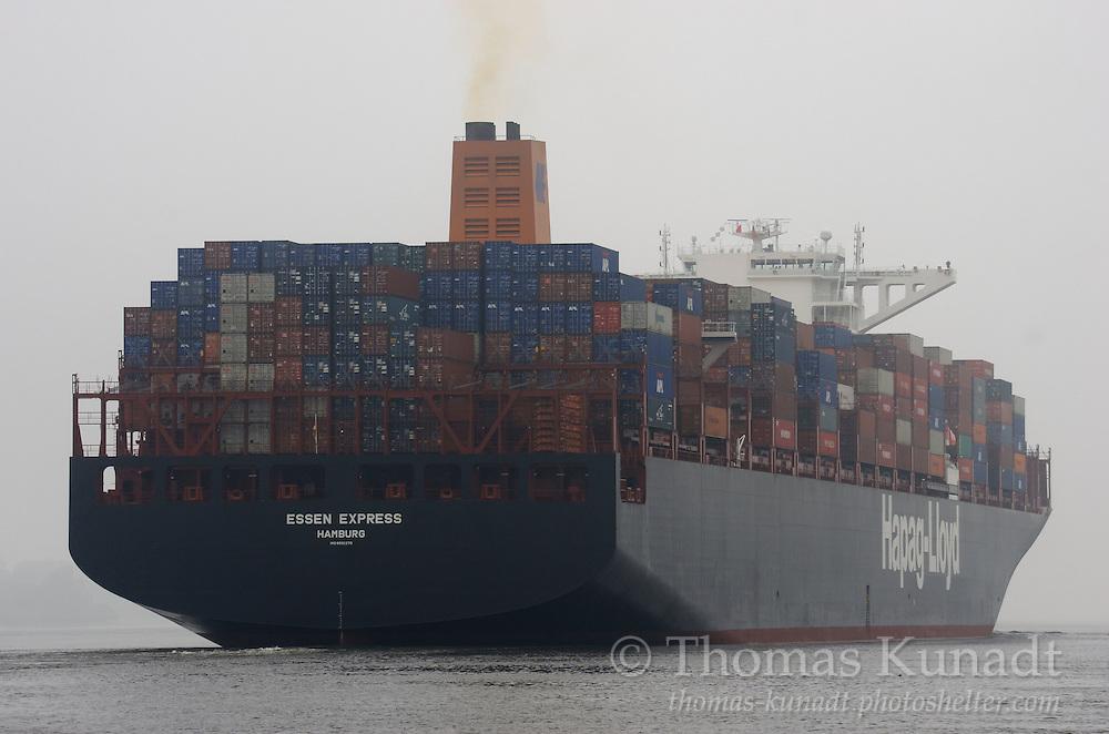 Das Containerschiff ESSEN EXPRESS fährt am 4.7.2013 elbabwärts