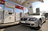 14 MAR 2006, BERLIN/GERMANY:<br /> BMW der 7er Reihe einer Wasserstoff Tankstelle der Tankstllenkette Total, Heerstrasse<br /> IMAGE: 20060314-01-049<br /> KEYWORDS: Alternative Kraftstoffe, Auto, Wagen, KFZ, tanken, Tank