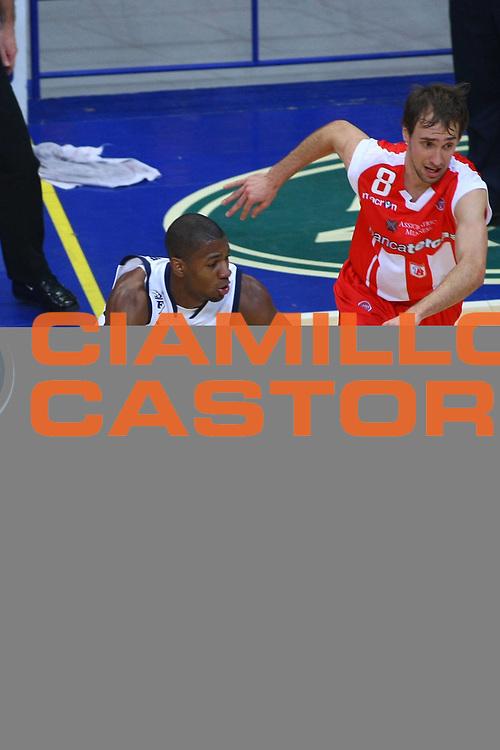 DESCRIZIONE : Bologna Lega A1 2008-09 Gmac Fortitudo Bologna Bancatercas Teramo<br /> GIOCATORE : Darryl Strawberry<br /> SQUADRA : Gmac Fortitudo Bologna<br /> EVENTO : Campionato Lega A1 2008-2009 <br /> GARA : Gmac Fortitudo Bologna Bancatercas Teramo<br /> DATA : 18/01/2009 <br /> CATEGORIA : palleggio<br /> SPORT : Pallacanestro <br /> AUTORE : Agenzia Ciamillo-Castoria/M.Minarelli