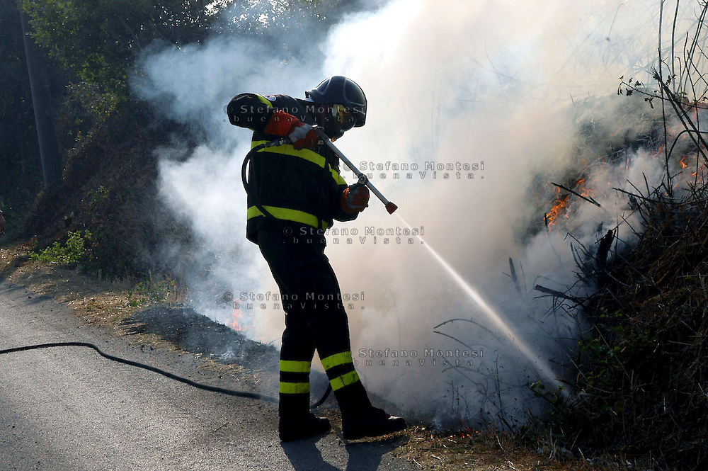 Mazzano Romano 29 Agosto 2007.I vigili del fuoco intervengono per spegnere un incendio   al Parco di Veio..Firefighters Battling against the fire to the Park of Veio