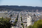 Uitzicht op Lombard Street in San Francisco. De Amerikaanse stad San Francisco aan de westkust is een van de grootste steden in Amerika en kenmerkt zich door de steile heuvels in de stad.<br /> <br /> View at Lombard Street in San Francisco. The US city of San Francisco on the west coast is one of the largest cities in America and is characterized by the steep hills in the city.