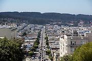 Uitzicht op Lombard Street in San Francisco. De Amerikaanse stad San Francisco aan de westkust is een van de grootste steden in Amerika en kenmerkt zich door de steile heuvels in de stad.<br /> <br /> View at Lombard Street in San Francisco. The US city of San Francisco on the west coast is one of the largest cities in America and is characterized by the steep hills in the city.
