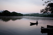 Perdoes_MG, Brasil...Homem navegando no Rio Grande em Perdoes...A man navigating in the Rio Grande in Perdoes...Foto: LEO DRUMOND / NITRO.....
