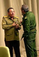 Fidel Castro, Presidente de Cuba, derecha, conversa con su hermano Raul Castro, Ministro de las Fuerzas Armadas de Cuba, luego de una reunion en el Palacio de las Convenciones de la Habana, 29 de Diciembre del 2001, la Habana, Cuba. Castro, quien goberno a Cuba desde el ano 1959, acaba de fallecer a la edad de    anos. (AP Photo/Cristobal Herrera)
