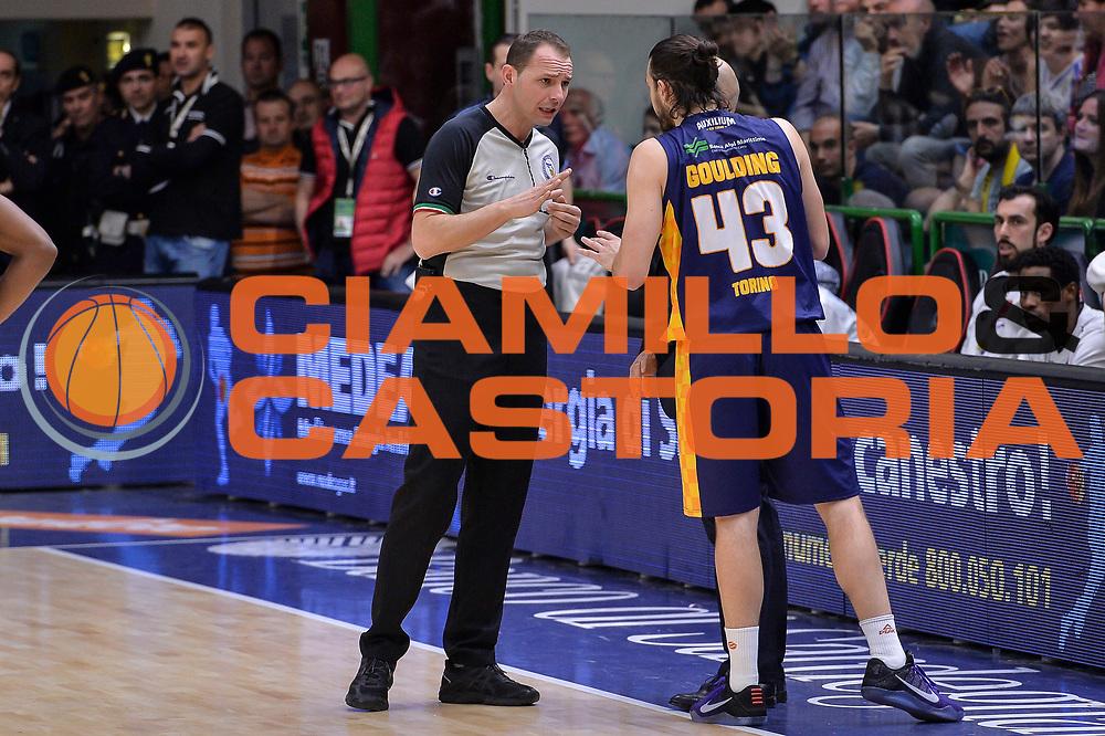 DESCRIZIONE : Beko Legabasket Serie A 2015- 2016 Dinamo Banco di Sardegna Sassari - Manital Auxilium Torino<br /> GIOCATORE : Manuel Mazzoni Chris Goulding<br /> CATEGORIA : Fair Play Arbitro Referee<br /> SQUADRA : Manital Auxilium Torino<br /> EVENTO : Beko Legabasket Serie A 2015-2016<br /> GARA : Dinamo Banco di Sardegna Sassari - Manital Auxilium Torino<br /> DATA : 10/04/2016<br /> SPORT : Pallacanestro <br /> AUTORE : Agenzia Ciamillo-Castoria/L.Canu