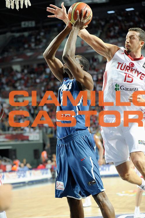 DESCRIZIONE : Championnat Du Monde 2010 Turquie Istanbul  1/8 Finale<br /> GIOCATORE : Turkoglu Hidayet Koffi Alain<br /> SQUADRA : Turquie France<br /> EVENTO : Championnat du monde 2010<br /> GARA : France Turquie<br /> DATA : 5/09/2010<br /> CATEGORIA : Basketball Action Homme<br /> SPORT : Basketball<br /> AUTORE : JF Molliere FFBB par Agenzia Ciamillo-Castoria <br /> Galleria : France Basket Championnat du monde 2010<br /> Fotonotizia : Championnat du monde Turquie Istambul Jour 9<br /> Predefinita :