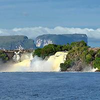 Salto Ucaima en la laguna Canaima. Edo. Bolivar. Venezuela. Ucaima Falls in Canaima lagoon. Edo. Bolivar. Marzo, 01, 2013. Jimmy Villalta