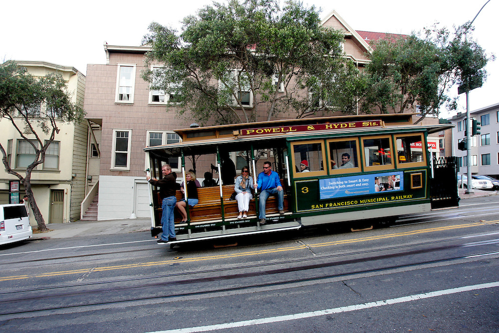 US-SAN FRANCISCO: Tourists on a cable car. PHOTO: GERRIT DE HEUS