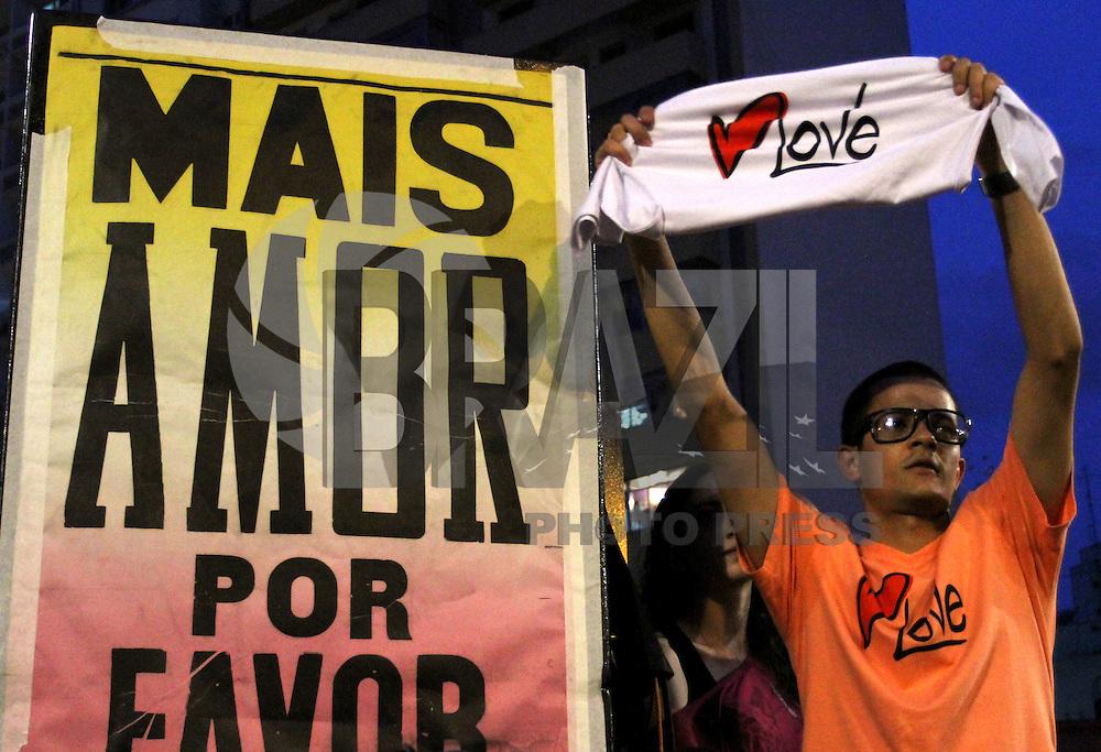 """ATENÇÃO EDITOR: FOTO EMBARGADA PARA VEÍCULOS INTERNACIONAIS. - SAO PAULO, SP, 21 DE OUTUBRO 2012 -  O Ato Público de cunho político social """"Existe Amor em SP"""" Reuniu milhares de jovens que foram a praça Franklin Roosevelt, para participar e assistir aos shows nesse domingo 21 (FOTO:  LEVY RIBEIRO / BRAZIL PHOTO PRESS)."""