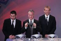 Fussball, Gruppenauslosung Euro 2008 in Luzern, 02.12.2007,Didier Deschamps (FRA Mitte) zieht Deutschland in Gruppe B; Theodoros Zagorakis (GRE links) und Juergen Klinsmann (rechts) sehen zu