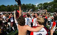 AMSTELVEEN -  Vreugde bij Almere spelers en supporters  na de wedstrijd.  Play Offs / Outs Hockey hoofdklasse.  Hurley-Almere (0-1) . Almere wint blijft in de hoofdklasse. COPYRIGHT KOEN SUYK