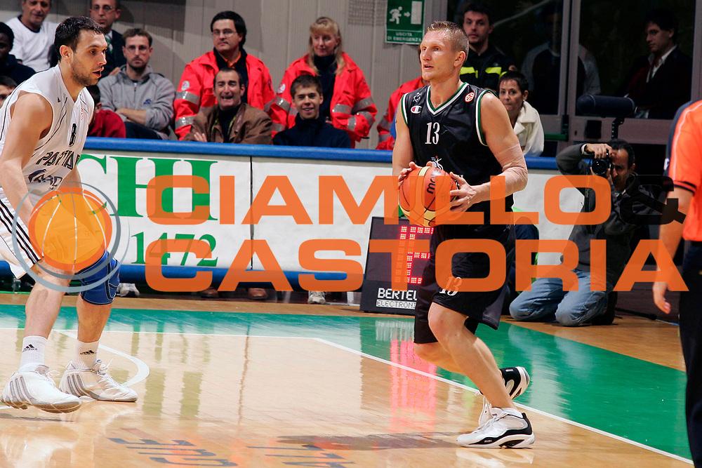 DESCRIZIONE : Siena Eurolega 2005-06 Mens Sana Montepaschi Siena Partizan Belgrado <br /> GIOCATORE : Kaukenas <br /> SQUADRA : Mens Sana Montepaschi Siena <br /> EVENTO : Eurolega 2005-2006 <br /> GARA : Mens Sana Montepaschi Siena Partizan Belgrado <br /> DATA : 10/11/2005 <br /> CATEGORIA : Passaggio <br /> SPORT : Pallacanestro <br /> AUTORE : Agenzia Ciamillo-Castoria