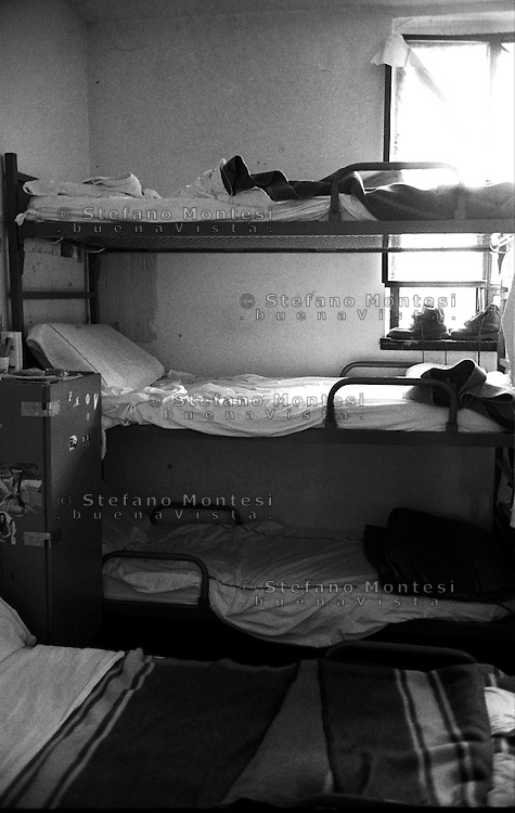 Roma Giugno 2000.Carcere di Rebibbia N.C..Per il sovraffollamento del carcere  nelle celle aumentano i letti..Rome June 2000.Prison Rebibbia N.C..For the overcrowding of the jail, in the cells, they increase the beds.
